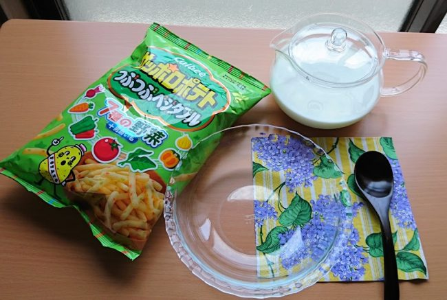 サッポロポテトと牛乳と食器