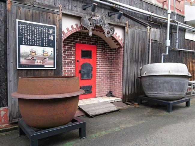 釜場と呼ばれる米を蒸す建物と実際に使われていた釜