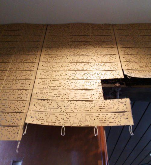 丹後ちりめんの織機のパターンがタペストリー代わり