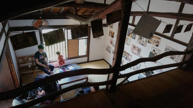 1階の壁一面に貼られた男木島の人々の写真