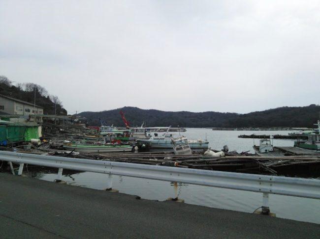 港のすぐ横が牡蠣小屋