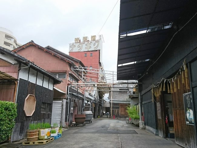 昔の日本酒工場の面影が感じられる空間
