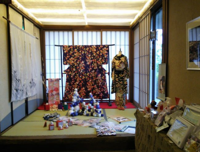 フロント横の小上がりにはビンテージの着物やアート作品が