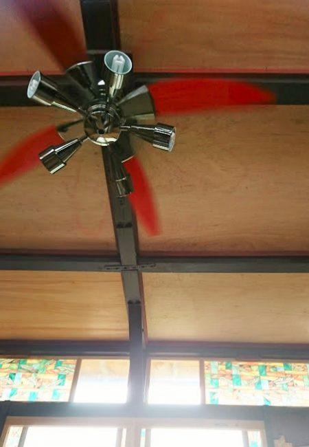 高い天井と明かり取りの窓