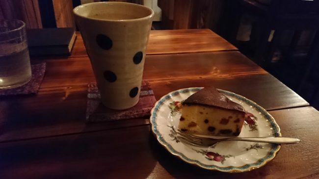 手作りのホットジンジャーと手作りのフルーツケーキ