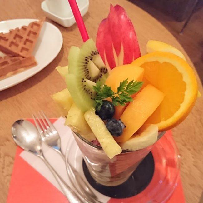 どこから食べればよいのか悩むくらいの果物の量!